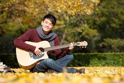 弹吉他的正确姿势